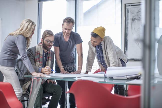 Kreative Geschäftspartner treffen sich im Büro — Stockfoto