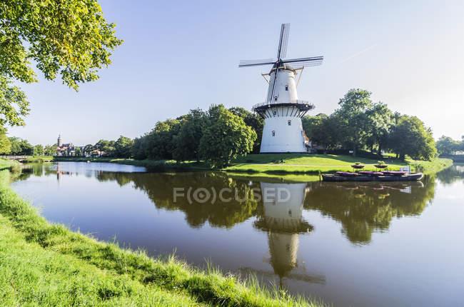Países Bajos, Zelanda, Middelburg, Molino de viento sobre agua - foto de stock