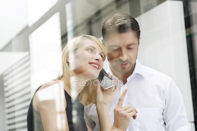 Dois parceiros de negócios com smartphone — Fotografia de Stock