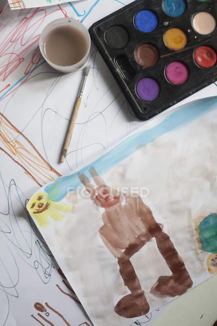 Детская акварель на столе — стоковое фото