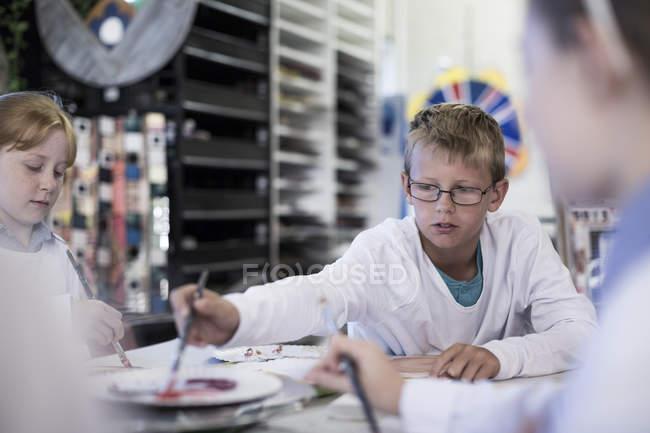 Capretti che studiano nella classe di arte a scuola — Foto stock