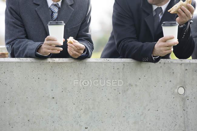 Бизнесмены обедают — стоковое фото