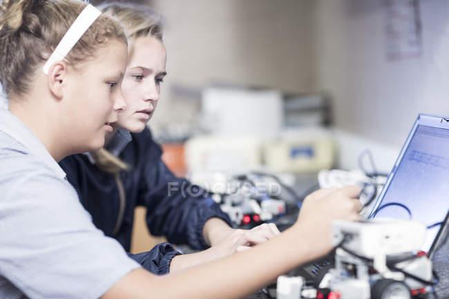 Due studentesse con laptop in classe di robotica — Foto stock