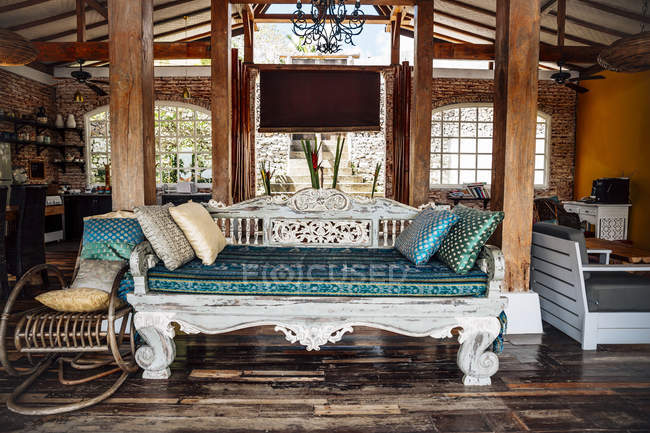 Indonesia, Bali, wooden classic Indonesian daybed in a holiday villa — Stock Photo