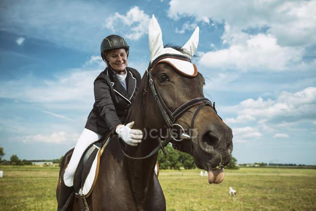 Всадник на лошади на улице — стоковое фото