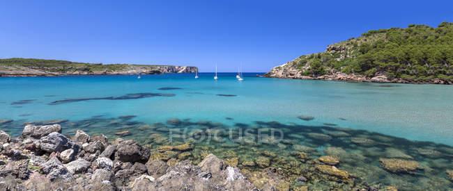 España, Islas Baleares, Menorca, vista de la playa de La Vall con veleros, panorama del mar - foto de stock