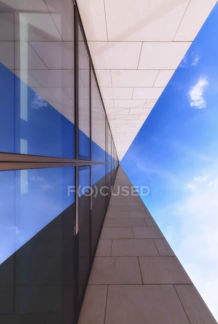 Німеччина, Гессен, Франкфурт, Opera башта, фасад вид знизу — стокове фото