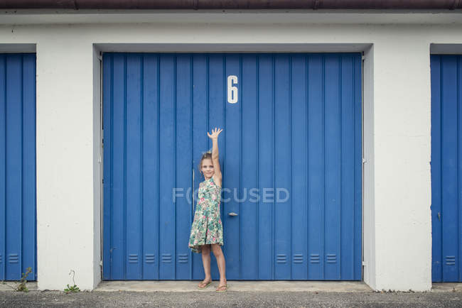 6 year old girl in front of garage door with number 6 — Stock Photo