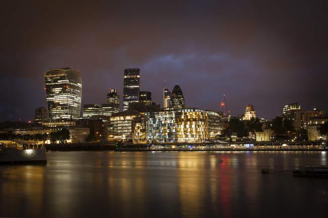 Vista sul Tamigi e quartiere di finanziarie illuminato di notte, Londra, Regno Unito — Foto stock