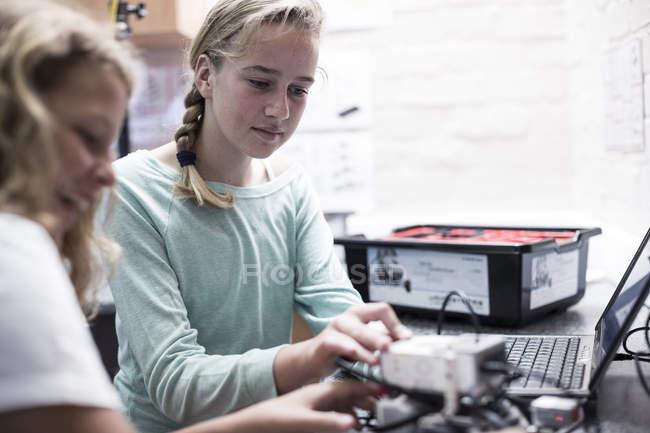 Дві школярки, використовуючи ноутбук у класі робототехніки — стокове фото