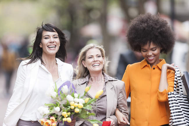 Portrait of three happy women side by side on shopping tour — Stock Photo