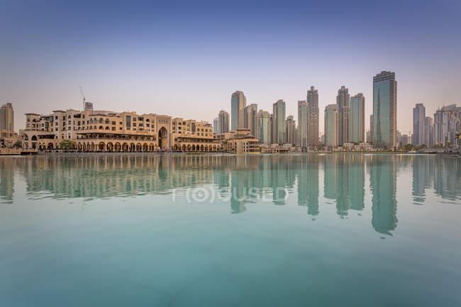 Объединенные Арабские Эмираты, Дубай, Бурдж Халифа озеро и Сук Аль-Бахар в вечернее время — стоковое фото