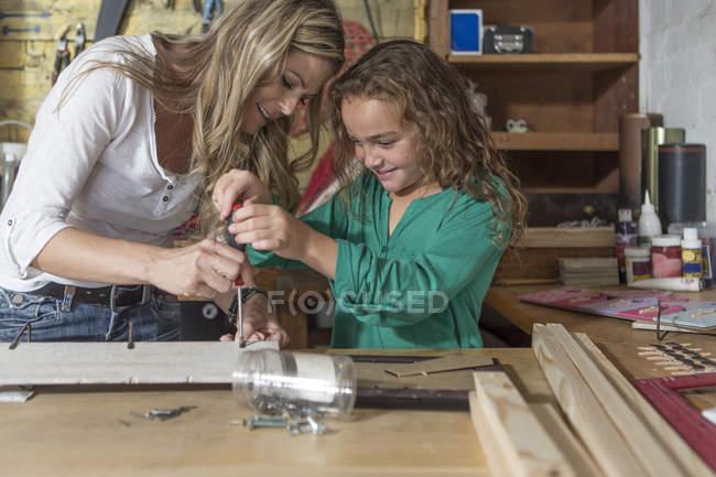 Mutter und Tochter basteln in eigener Garage — Stockfoto