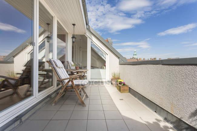 Alemanha, Berlim. Casa de férias com cadeiras no terraço do último piso — Fotografia de Stock