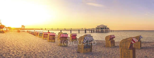 Panoramablick von Timmendorfer Strand mit Kapuzen Strandkörben und Seebrücke, Niendorf, Deutschland — Stockfoto