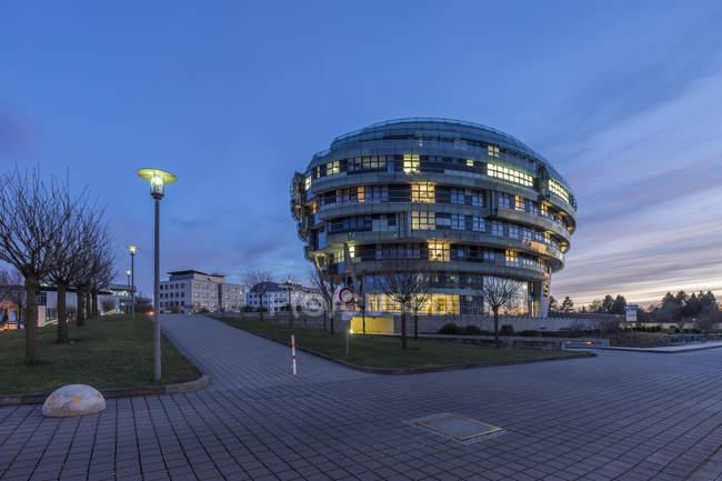 Allemagne, Hanovre, Découvre à l'Institut International de neurosciences au crépuscule du soir — Photo de stock