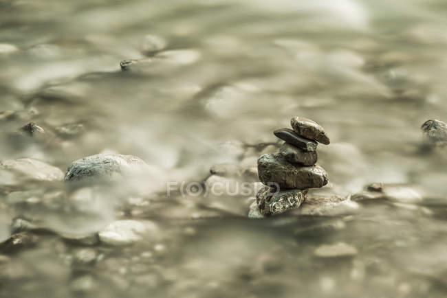 Alemanha, Baviera, Oybach, cairn na superfície da água — Fotografia de Stock