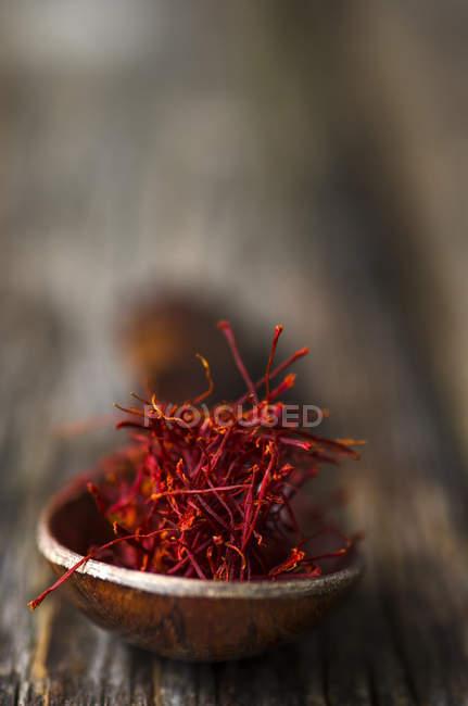 Cuchara de madera con hilos de azafrán - foto de stock