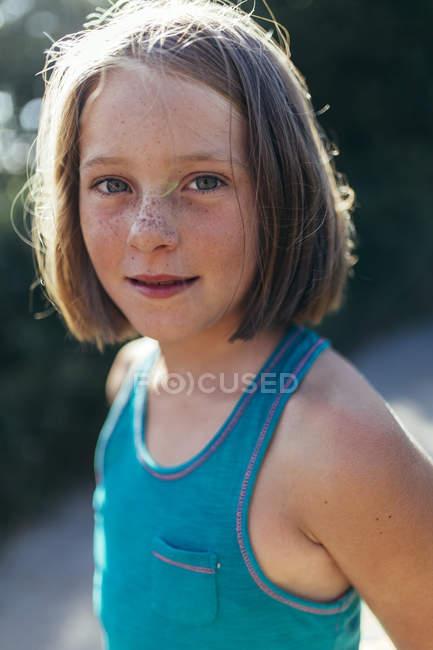 Портрет посміхається дівчина з каштанове волосся і ластовиння — стокове фото