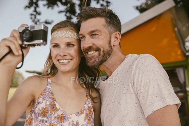 Щаслива пара, зроблену фотографію з аналогової камери — стокове фото