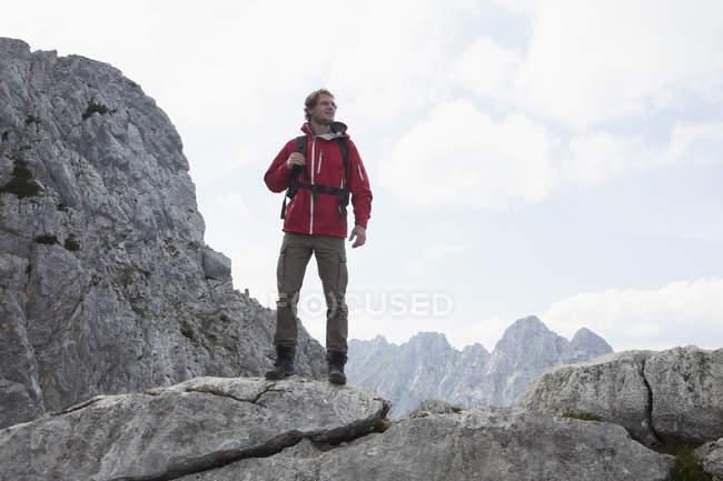 Alemania, Baviera, Osterfelderkopf, hombre de pie en paisaje de montaña - foto de stock
