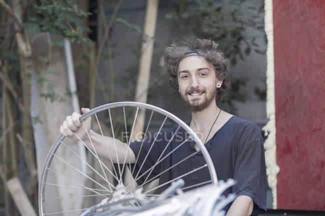 Портрет молодого человека холдинг говорил — стоковое фото