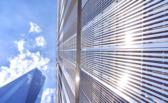 Estados Unidos, Nueva York, Manhattan, World Trade Center contra el cielo - foto de stock
