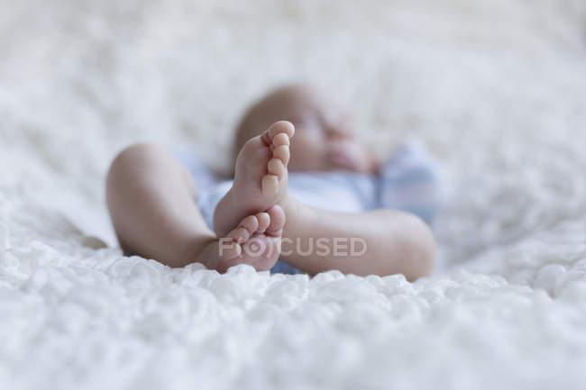Piedi di bambino neonato addormentato — Foto stock