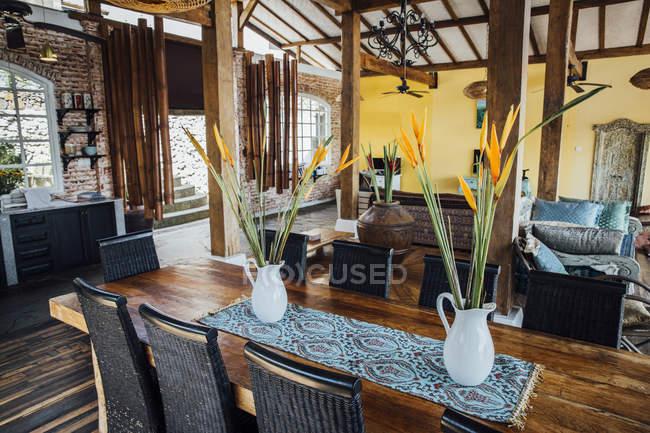 Soggiorno con tavolo da pranzo in una villa di vacanza al chiuso ...