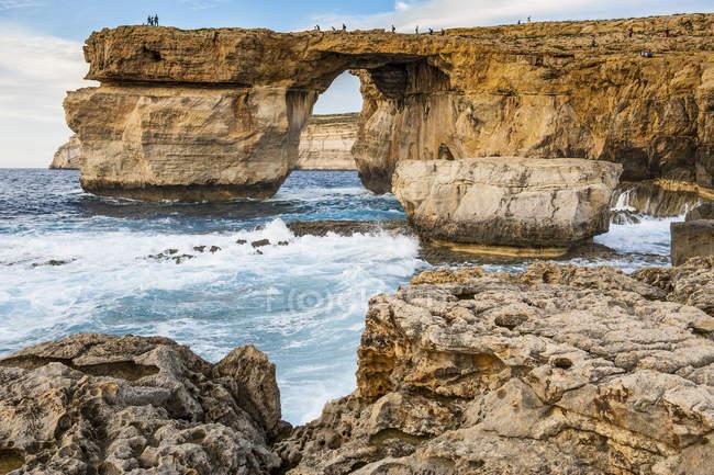 Malta, Gozo, Arco naturale, Finestra azzurra sull'acqua — Foto stock