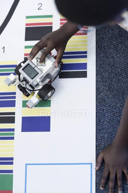 Школяр у робототехніки клас випробування транспортного засобу на тестуванням на треку — стокове фото