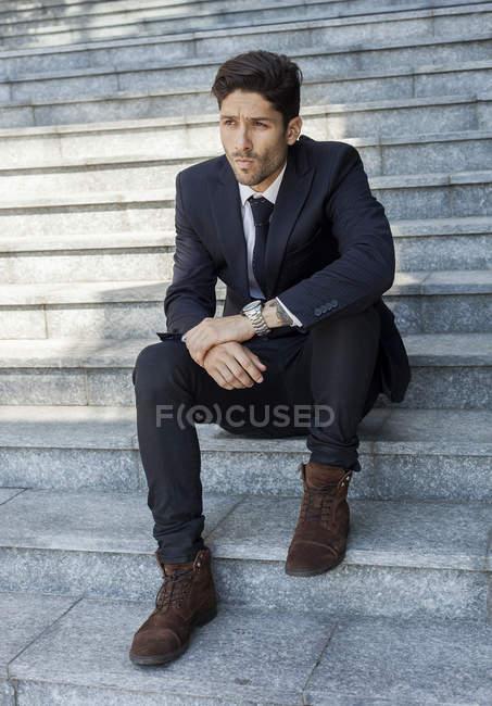Porträt eines jungen Geschäftsmannes auf der Treppe — Stockfoto