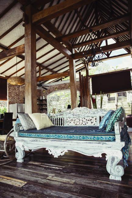 Divano letto indonesiano classico in legno in una villa vacanze — Foto stock