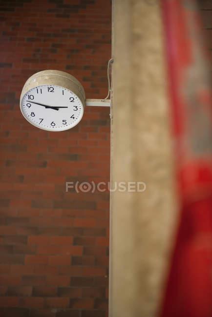 Reloj en la universidad contra la pared - foto de stock