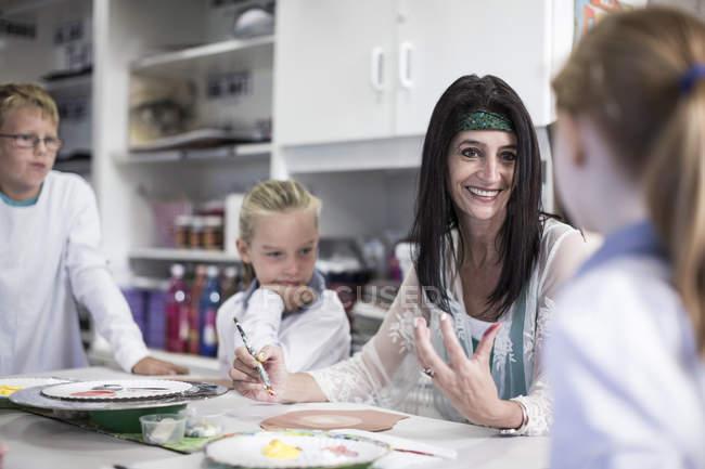 Bambini con l'insegnante studiando nella classe di arte a scuola — Foto stock