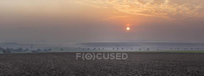 Vista del amanecer nublado de otoño en Koenigslutter, Baja Sajonia, Alemania - foto de stock