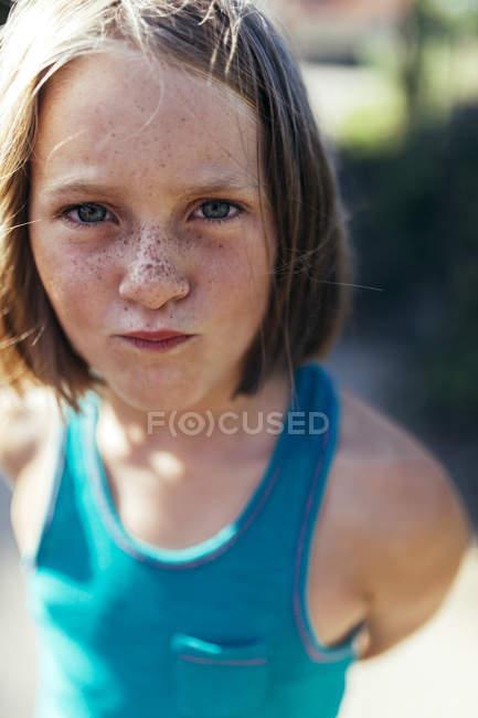 Портрет дівчинки з каштанове волосся і ластовиння — стокове фото