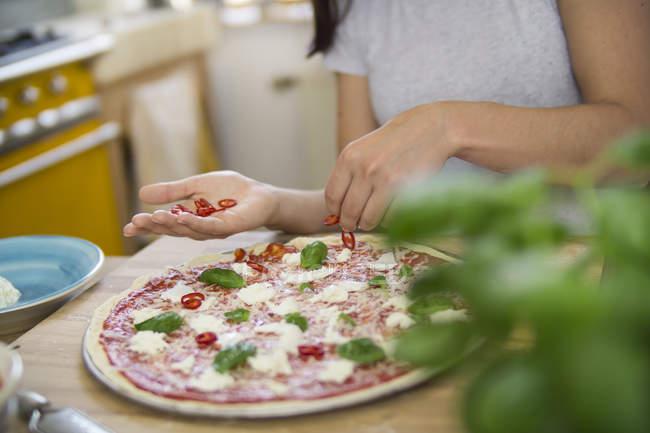Жінка готується піца — стокове фото