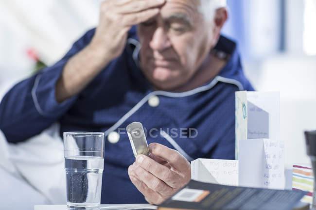 Paciente en el hospital tomando medicamentos - foto de stock