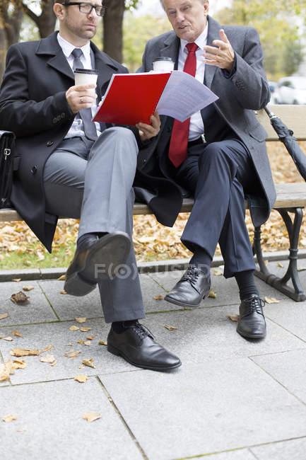 Imprenditori che discutono il documento — Foto stock