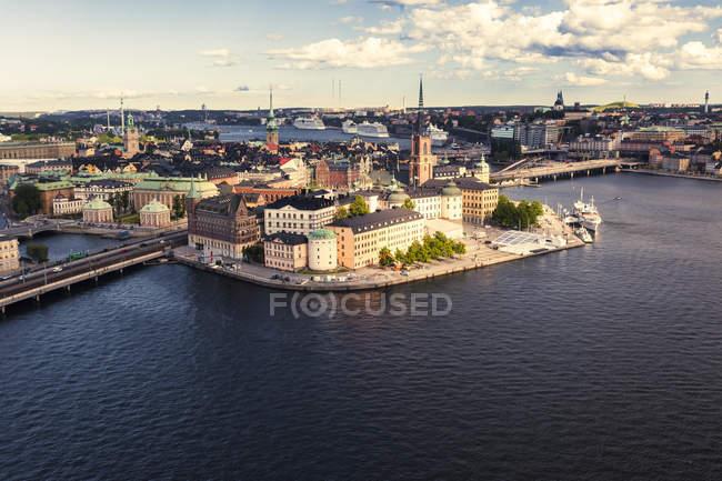 Svezia, Vista verso Gamla Stan, l'isola centrale e vecchia di Stoccolma vista aerea in giornata di sole — Foto stock
