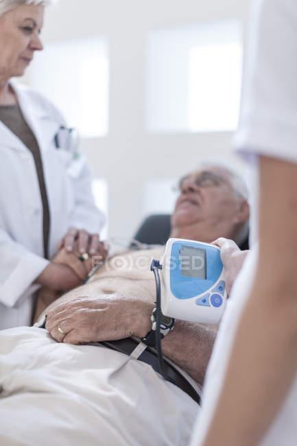 Älterer Mann liegt im Krankenhaus und sieht besorgt aus — Stockfoto