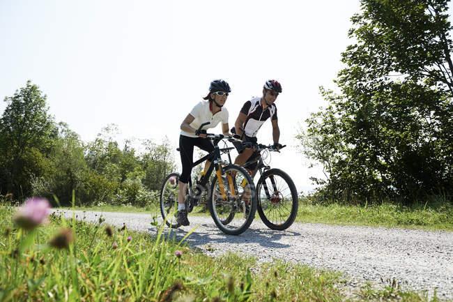 Bicicleta de montaña de par de Austria, Kranzhorn, - foto de stock