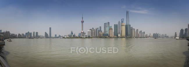 Vista panorámica del horizonte de Pudong con el río Huangpu, Shanghai, China - foto de stock
