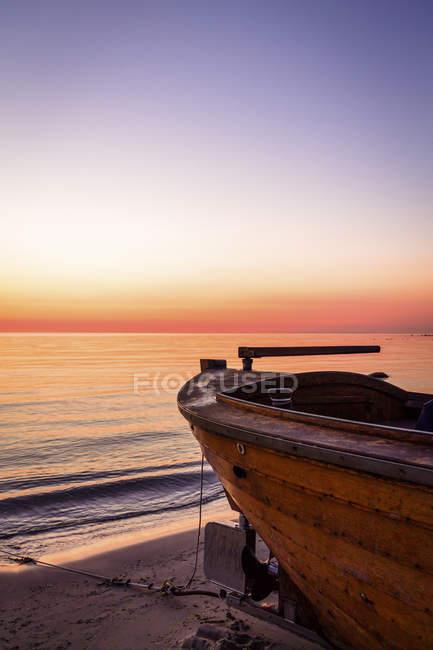 Boat moored on beach at sunrise, Binz, Ruegen, Germany — Stock Photo