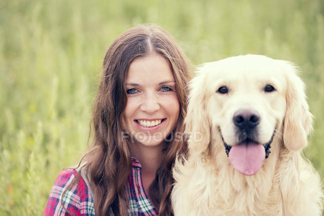 Portrait de femme et de son Golden Retriever — Photo de stock