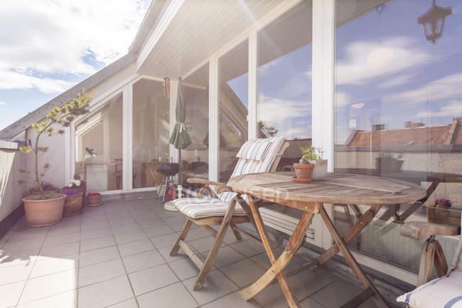 Interior da casa de férias com terraço no último piso — Fotografia de Stock