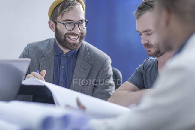 Творческие коллеги по бизнесу встретились в офисе — стоковое фото