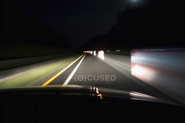 Водіння по порожніх вулицях вночі — стокове фото
