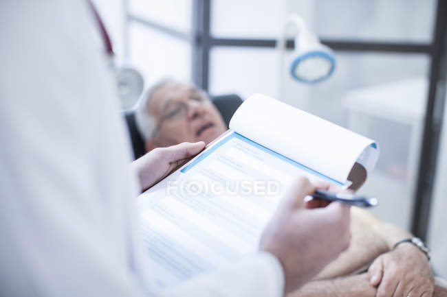 Hombre mayor haciendo chequeo en el hospital - foto de stock